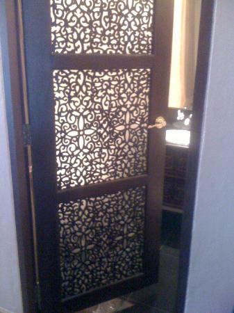 Sheik Istana Hotel: Door to the bathroom