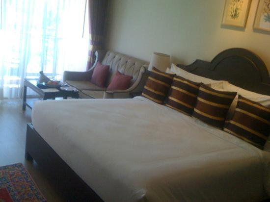 โรงแรม ชีค อิซทานา: Bed & sofa