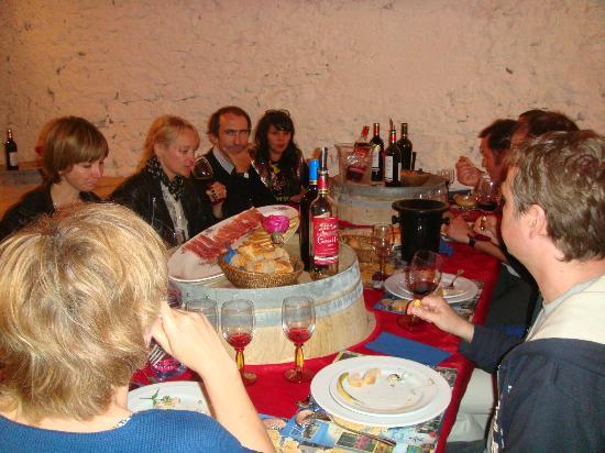 Château Marquis de Vauban: Le déjeuner vigneron dans notre ancien chai