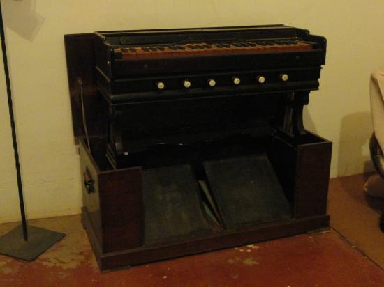 Melody World Wax Museum: Organ