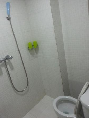 Lee Garden Guest House: Shower