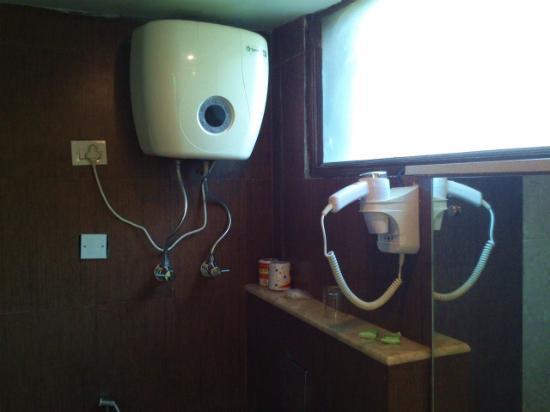 FabHotel White Klove Paharganj : bath room hair dryer