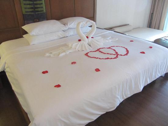 Katathani Phuket Beach Resort: Honeymoon Bed