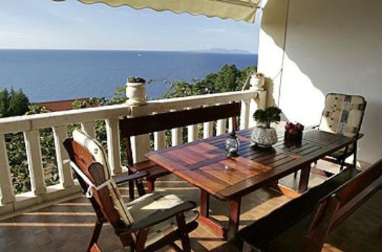 Villa Perka: The Bougainvillea terrace with the sea view