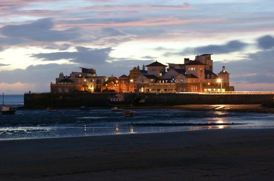 The Old Colonial: Stunning evening view of Knightstone Island from the bedrooms