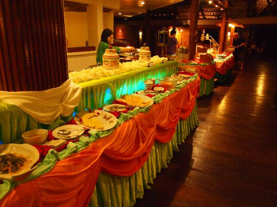 Club Paradise Palawan: Buffet style dinner