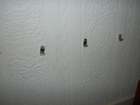 Tregenna Hotel: HOOKS AND HOLES IN THE WALL