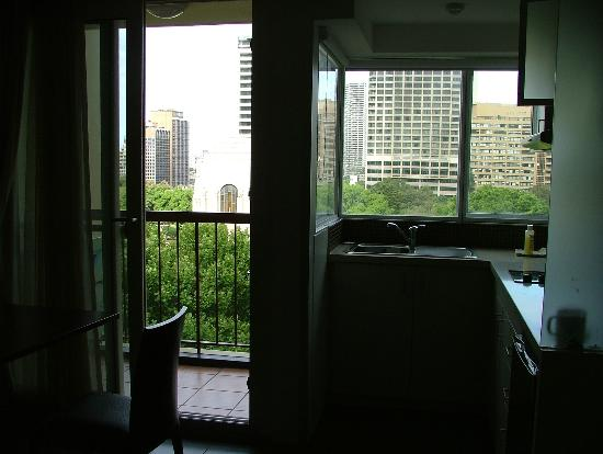 Hyde Park Inn: Balcony view and kitchen