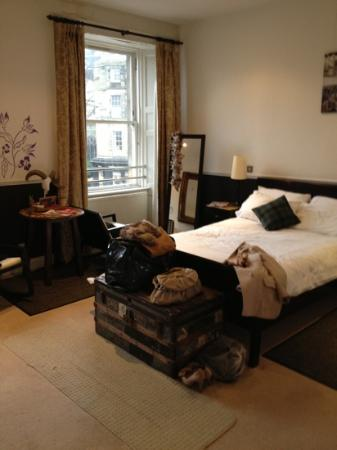 Fiddlers Elbow: spacious room
