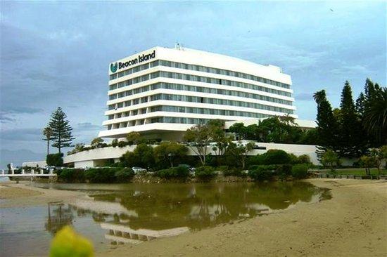 Beacon Island Resort: The beautiful Beacon Island Hotel from the Lagoon 