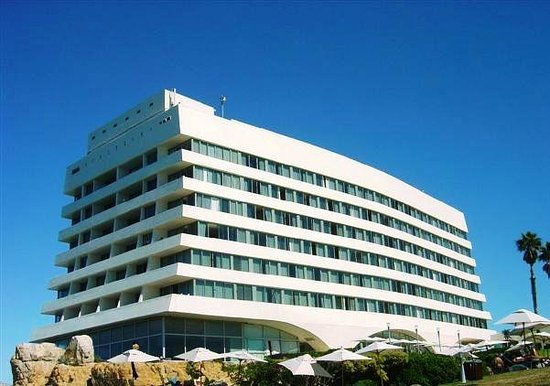 Beacon Island Resort: Like a giant ocean liner, the hotel rises from the beach
