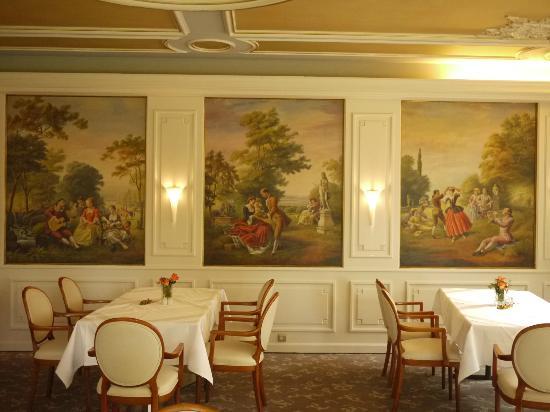 Parkhotel Krone : Sala do café decorada com detalhes clássicos.