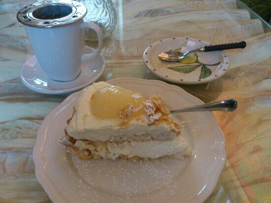 Muuriaare Cafe: pear cake with meringues