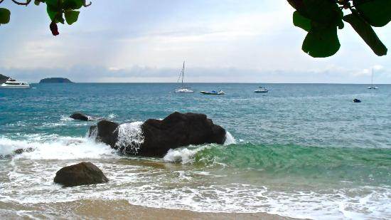 Ao Sane Bungalows: Ao Sane beach, crashing surf