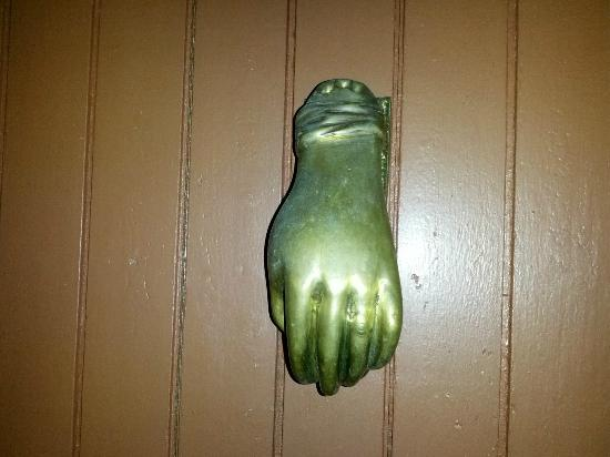 Hostal Tania y Familia : Cute door knocker on the front door!