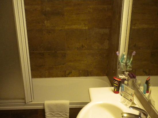 Hotel delle Province: vasca da bagno con pareti in marmo