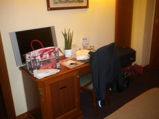 Hotel delle Province: televisore di dimensioni superior con canali satellitari gratuiti, frigobar e linea wi-fi gratui