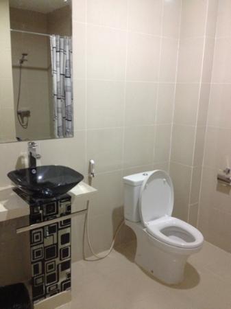 Hotel Victoria River View: kamar mandinya luas dan lega