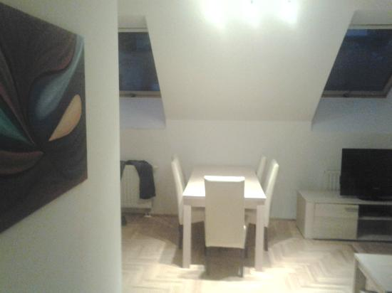Made Inn Budapest Apartments: Il salotto, con angolo cucina, divano e tavolo con 5 sedie.