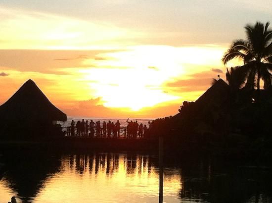 InterContinental Tahiti Resort & Spa: Sunset view from the pool bar