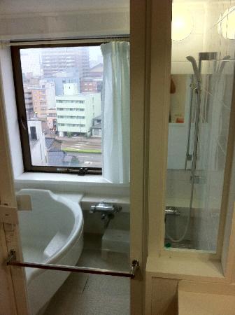 Kanazawa City Hotel: 窓際のユニットバス