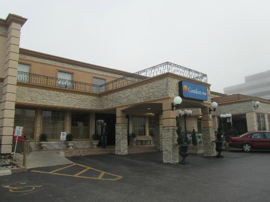 front of hotel picture of comfort inn toronto airport. Black Bedroom Furniture Sets. Home Design Ideas