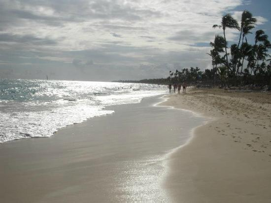 Grand Bahia Principe Punta Cana: Early morning beach, ppl starting to come