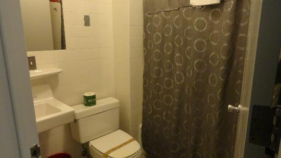 Touchstone Hotel - City Center: Clean bathroom