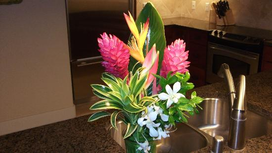 The Villas at Poipu Kai: Beautiful Flowers welcoming us!