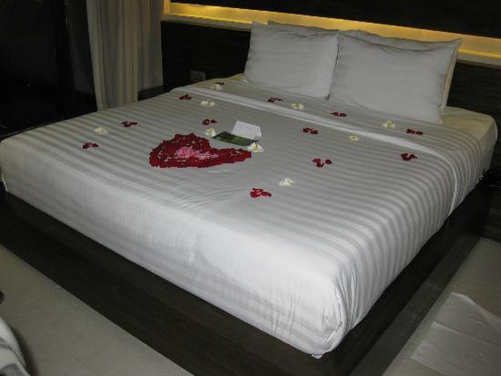 eqUILIBRIA SEMINYAK: Bed on the first night (it was our honeymoon, so they decorated with some rose petals)