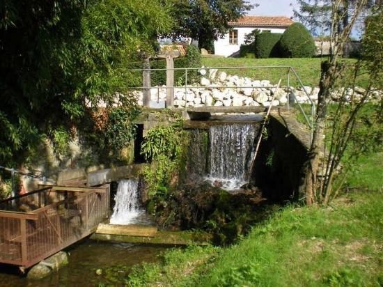 Saint-Maigrin, Francia: le bief et sa cascade
