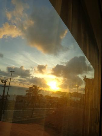 Holiday Inn Express Natal Ponta Negra: É lindo demais acordar cedo apreciando da janela do quarto o nascer do Sol.