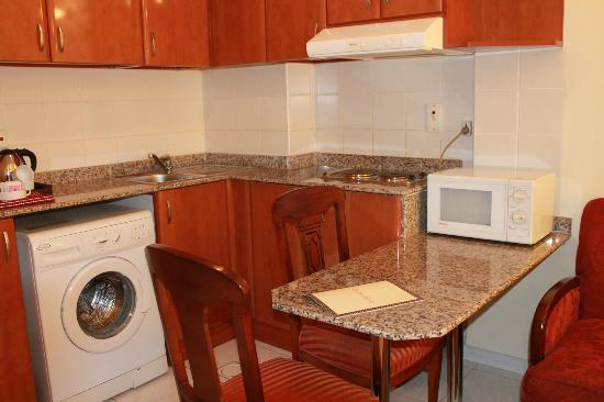 Savoy Central Hotel Apartments: kitchen