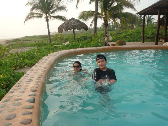 Playa Viva: Mis hijos Fer y Alex en la alberca