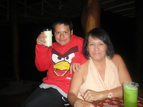 Playa Viva: Mi hijo Alex y Yo Monica Arellano que rica Piña colada y Margarita s/alcohol preparadas por Jhon