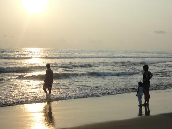 Playa Viva: Vean el atardecer en la Playa.. Mis hijas y Evan