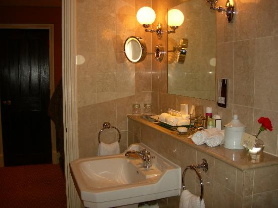 The Milestone Hotel: Our bathroom