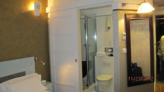 Hotel Eiffel Seine: Room with Bathroom