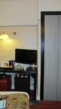 Hotel Eiffel Seine: Desk with TV