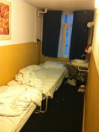 Hotel Old Quarter: camera doppia dove sono stato! letto scomodissimo e lavandino schifoso!