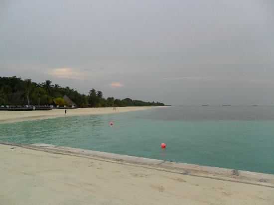 Kuredu Island Resort & Spa: South part of Island towards the beach villas