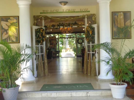 Coyaba Beach Resort: View into Lobby..getting ready for the holidays