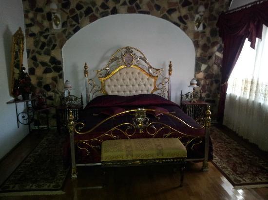 Hunter Prince Castle & Dracula Hotel: Cama del apartamento