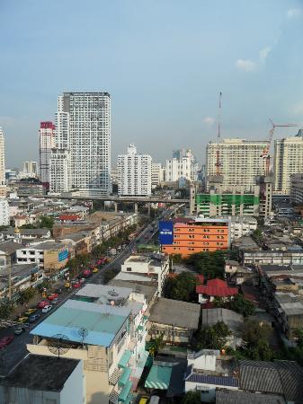 Bangkok City Hotel: vista habitación (calle petchamburi)