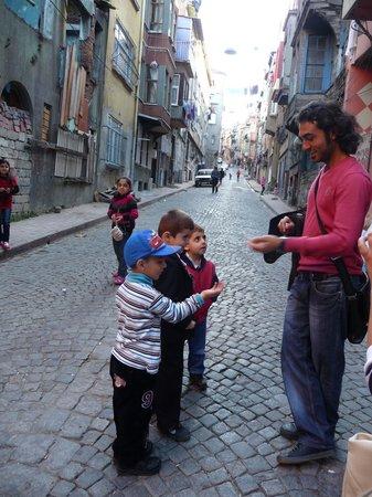 Salih mit den Kinder.. - Bild von My Local Guide - Istanbul, Istanbul - TripA...