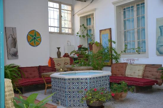 Al-Mutran Guest House: A small fountain and lounge area on the first floor...