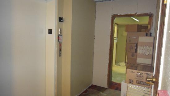 TownePlace Suites Miami Airport West/Doral Area: Entrada al ascensor, estaban construyendo