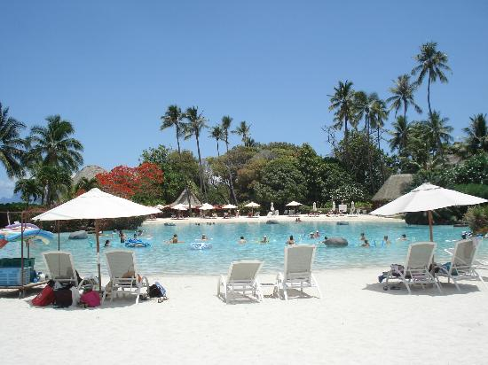 Le Meridien Tahiti: Pool area surrounded by white sand