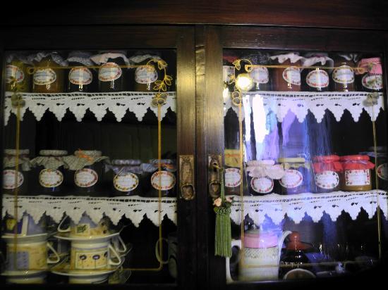 Bed and Breakfast Acireale Mare: La vetrina delle marmellate di Graziella