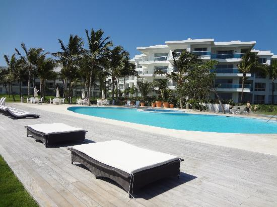 LG Surf Camp: Beachfront Swimming Pool - lounge